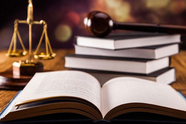 codice penale e bilancia della giustizia sul tavolo